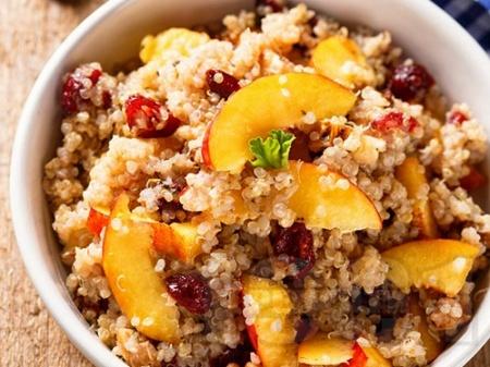 Плодовата салата от киноа, праскови и сушени боровинки - снимка на рецептата